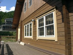 静かな別荘地に建つログハウス
