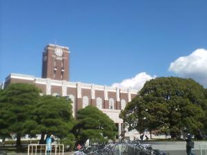 時計台と大きな楠