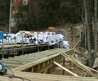 先ずは桟橋をつくって部材を入れる為の道を確保しなければなりません。