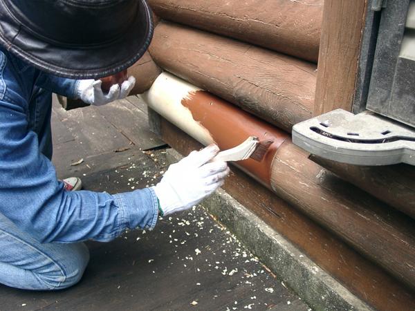 ログハウスのメンテナンス。入れ替えたログ材に塗装しているところ。