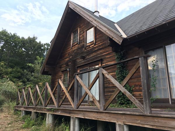 ログハウスの山荘のメンテナンス前。ツタや腐ったウッドデッキ。