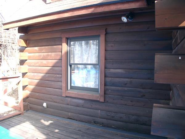 別荘の寝室前の写真。ログの1,2段目が腐食している。
