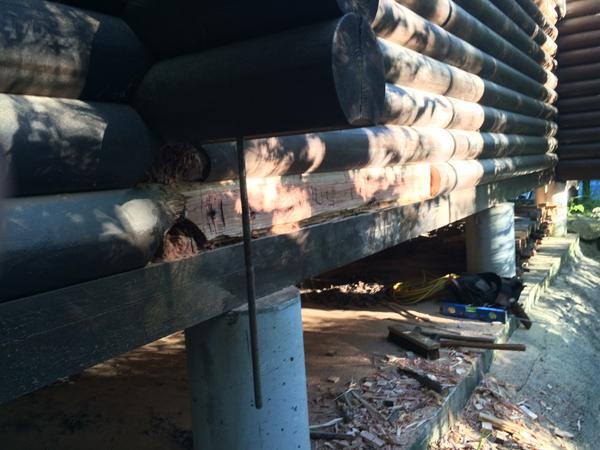 ログハウスの補修。構造上問題ない部分は取り去ります。