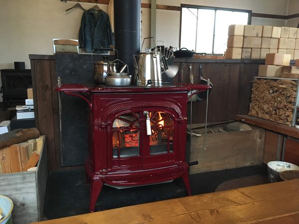 火のある暮らし。赤のイントレピッドの上にお気に入りのケトル。