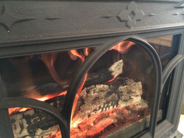 薪ストーブのアップ画像。Jotul F100に揺らめく炎